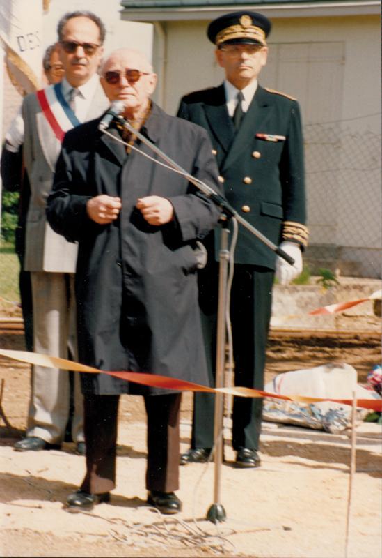 Ojzer Kawka entonnant le «Chant de Pithiviers» lors de l'une des commémorations qui ont lieu sur le site des camps à Beaune-la-Rolande et Pithiviers chaque année en mai depuis 1946 (sd). Archives familiales