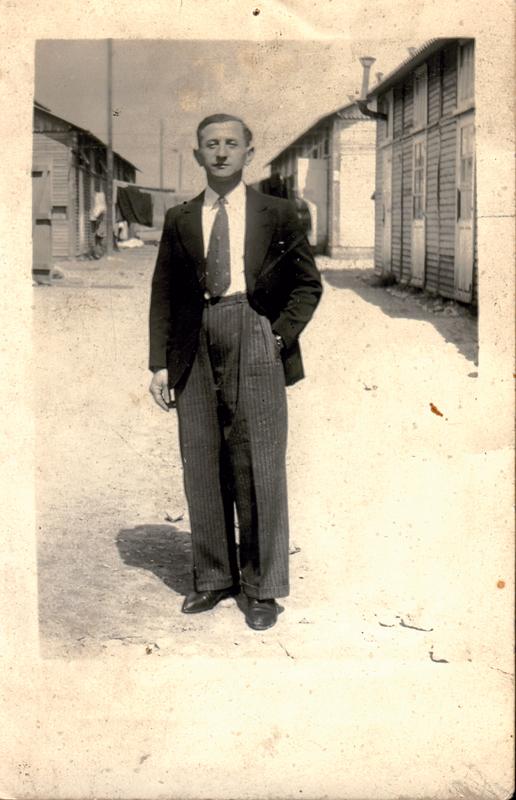 """Leizer Miliband au camp de Beaune-la-Rolande (30 avril 1942) Inscription au verso: """"en souvenire / de Bon la Rolande / le 30 Avril 1942 / Pour Boris / Léon"""". Archives familiales"""