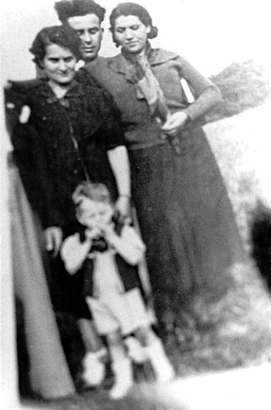 La famille Ostrowiecki, Chil, Chaja, leur fils Henri et, à droite, la tante Czarna (1939?, sl). Archives familiales