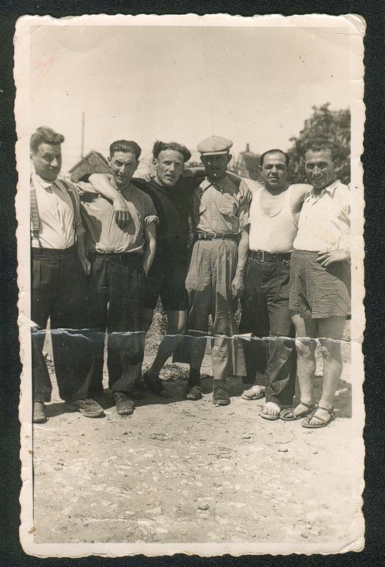 Au camp de Beaune-la-Rolande. Abram Psankiewicz est le 2e en partant de la droite (7 juin 1942). Archives familiales