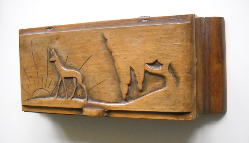 Boîte fabriquée au camp de Beaune-la-Rolande par Henoch (Henri) Rausch. Bois, colle, vernis, encre, métal. Dimensions 24,2 x 5,7 x 9,5 cm. Inscription manuscrite sous le couvercle: «Souvenir de Beaune la Rolande à ma chère femme Tatiana 2.2.1942». Collection Cercil N°INV 133. Donation Claire Farkas. Photo © Cercil