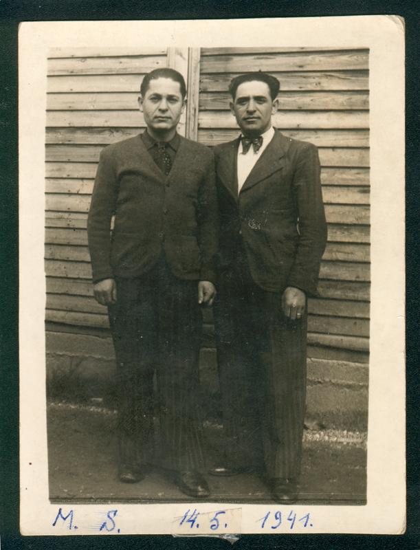 Au camp de Beaune-la-Rolande. Gimpel Sas, à gauche, à côté de Majerowicz (entre mai 1941 et juin 1942, sd). Inscription au recto: «M.S. 14.5.1941». Inscription au verso: «En souvenir / de Beaune la Rolande / Gimpel». Archives familiales
