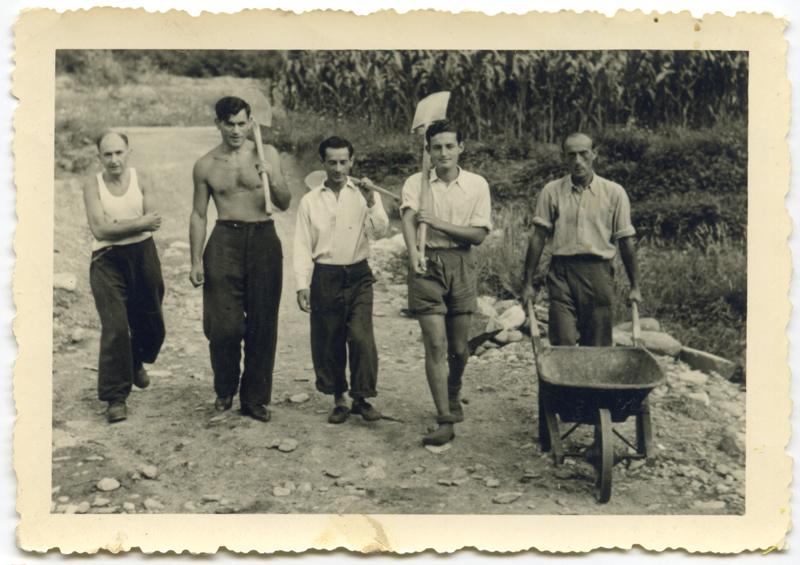 En Suisse, au camp de Mezzovico. Albert Schlanger est le 2e  en partant de la gauche (15 août 1943). Archives familiales