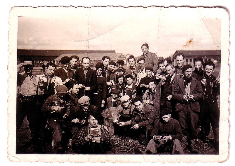 Au camp de Pithiviers. Mosjez Stoczyk est assis au 1er plan, à gauche, lisant un livre et coiffé d'un béret (entre mai 1941 et juin 1942, sd). Archives familiales
