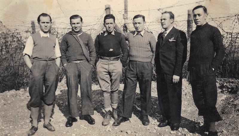 Au camp de Beaune-la-Rolande. Joseph Szajn est le 3e en partant de la gauche (entre mai 1941 et juin 1942, sd). Mordka Wisniewski est le 2e en partant de la droite. Archives familiales