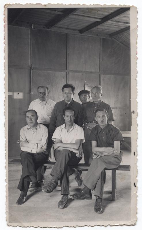 Au camp de Beaune-la-Rolande. Nuta Szister est le 1er assis à droite (entre mai 1941 et juin 1942, sd). Archives Jacqueline Bismuth-Szister / TDR Cercil