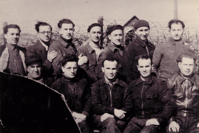 Au camp de Beaune-la-Rolande. Yankel Michalowicz est debout au milieu du 2e rang; Chil-Yankel Sztal est debout, le 1er à droite; Moische Sztal est debout à côté de Chil-Yankel; Ycek Sztal est assis à droite (entre mai 1941 et juin 1942, sd). Cercil / fonds AADJF