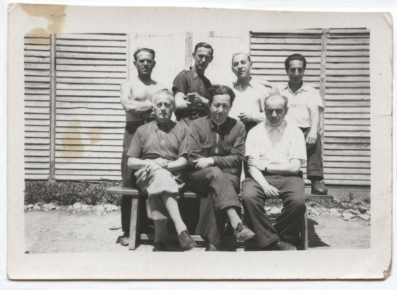 Au camp de Beaune-la-Rolande. Mordka-Rafal Wisniewski est au 2e rang, à gauche, à côté de Nuta Szister, représentant des anciens combattants 1939-1940 internés au camp (entre mai 1941 et juin 1942, sd). Archives Jacqueline Bismuth-Szister / TDR Cercil