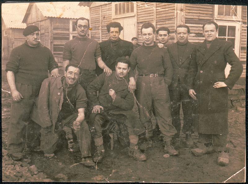Au camp de Pithiviers. Srul Aronczyk est le troisième debout en partant de la gauche (hiver 1941-1942, sd). Archives familiales