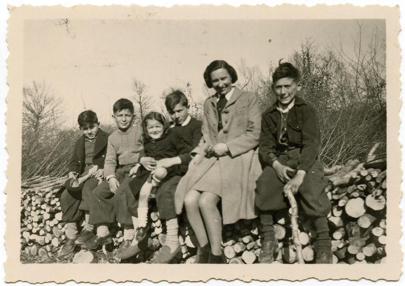 À Lothiers. Albert Borowski (à droite) et ses cousins Amrofel, de gauche à droite, Maurice, François, Éliane et Henri, posant avec la directrice de leur école à Lothiers (sd, 1944). Archives familiales