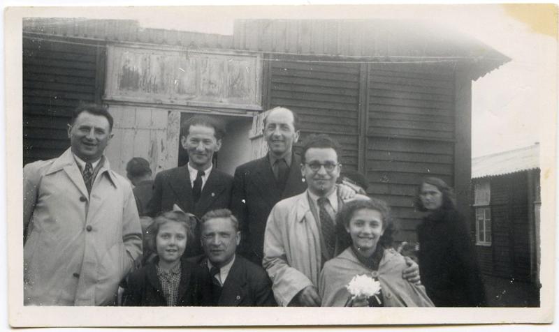 Au camp de Pithiviers, en mai 1947, devant la baraque 12. Chaïm Goldsztajn est accroupi, avec ses deux filles Annette et Madeleine. À sa gauche avec les lunettes, Sam Ascher, un autre rescapé d'Auschwitz. Debout au milieu, Monsieur Sieca. Archives familiales