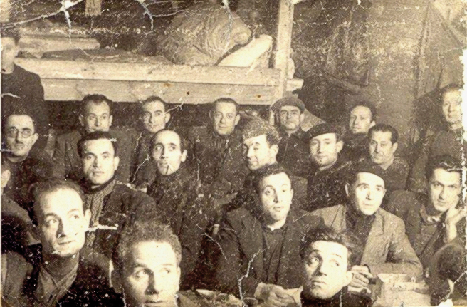 Au camp de Beaune-la-Rolande, dans une baraque. Jankiel Hochberg est le 2e attablé en partant de la droite, avec le béret, au 2e rang (sd). Archives familiales