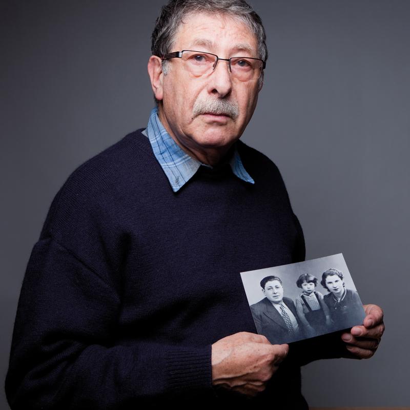 Jacques Jeger tenant la dernière photo de sa famille réunie (7 décembre 2010) © Géraldine Aresteanu
