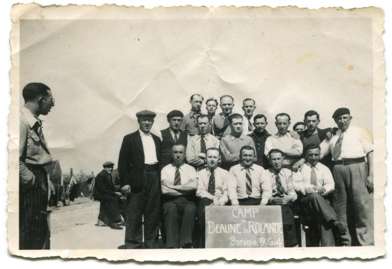 Au camp de Beaune-la-Rolande, des internés de la baraque 19. Chaïm Kac, debout au 2e rang, est le 3e en partant de la gauche (entre mai 1941 et juin 1942, sd). Archives Germaine Kac-Mélikian