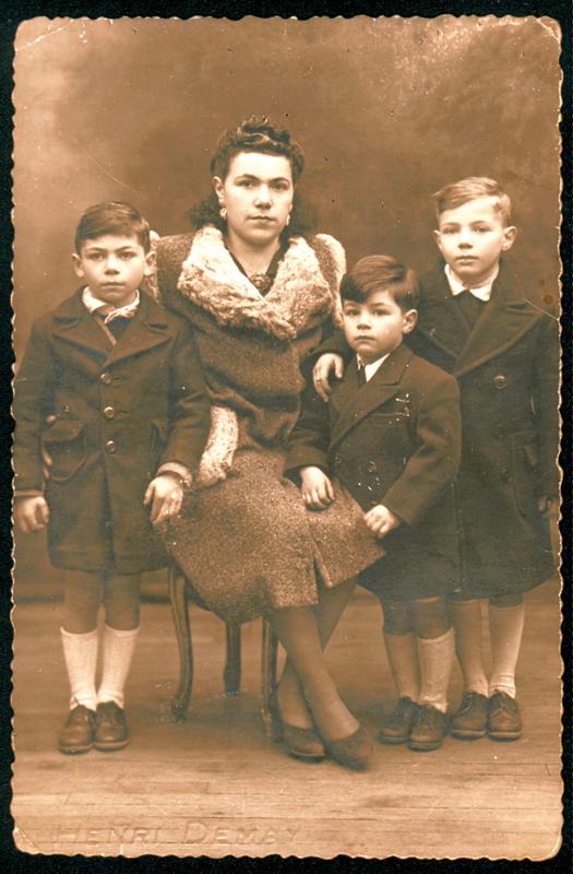 Bella Kajman et ses trois fils, de gauche à droite Félix (né en 1939), Roger (né en juillet 1941) et Nathan (né en 1937) (1945, sl). Archives familiales