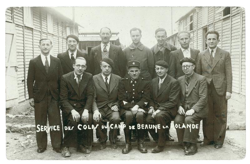 Le service des colis du camp de Beaune-la-Rolande. Leizer Miliband est le 1er debout à gauche, à côté de Mordka Rotgold. Joseph Klapisch est le 1er assis à droite (entre mai 1941 et juin 1942, sd). Archives familiales