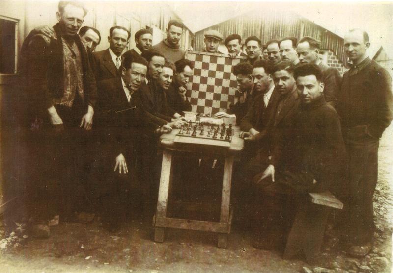 Au camp de Pithiviers. Mosjez Stoczyk est derrière le jeu d'échec, coiffé d'une casquette blanche (entre mai 1941 et juin 1942, sd). Archives familiales