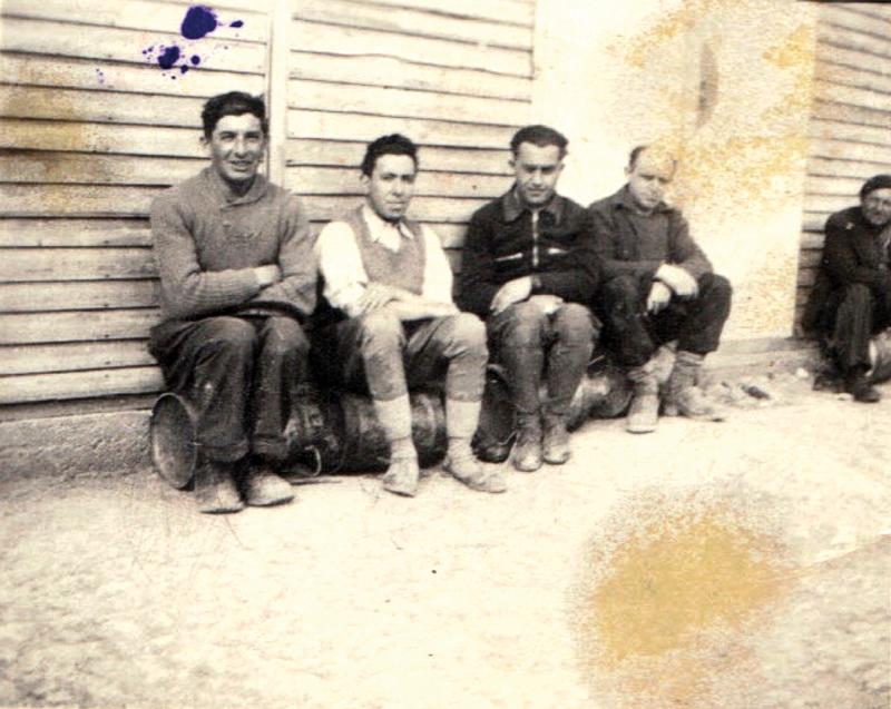 Au camp de Beaune-la-Rolande. Joseph Szajn est le 2e en partant de la gauche (entre mai 1941 et juin 1942, sd). Archives familiales
