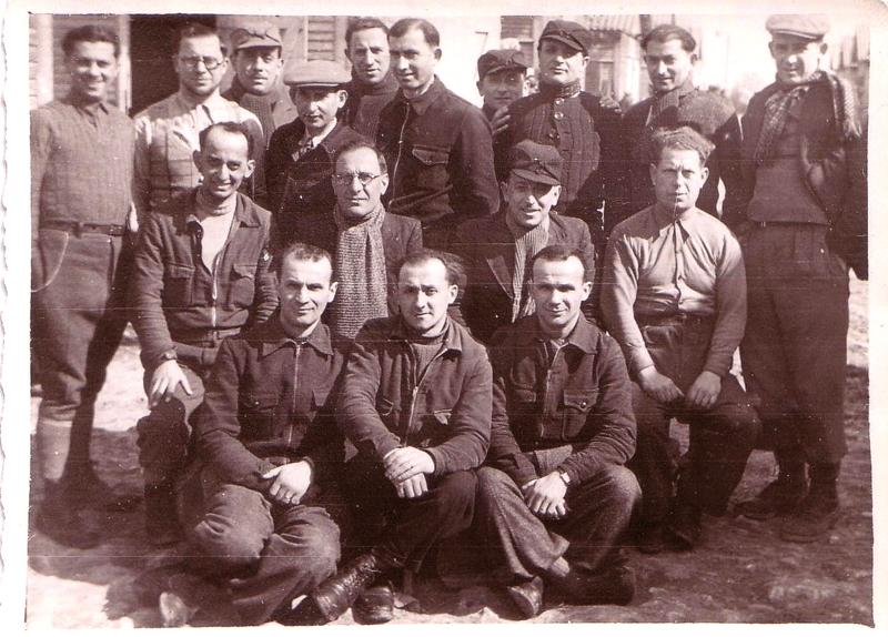 Au camp de Beaune-la-Rolande. Yankel Michalowicz est le 1er assis à gauche, au 2e rang; Chil-Yankel Sztal est debout, le 2e en partant de la droite; Moische Sztal est debout, le 6e en partant de la gauche; Ycek Sztal est le 1er assis à droite, au 2e rang (entre mai 1941 et juin 1942, sd). Archives familiales
