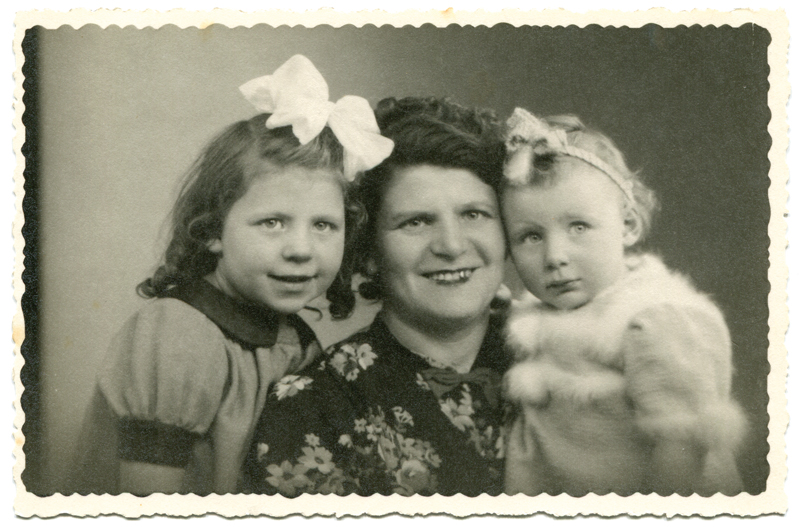 Itla Kac entourée de ses deux filles, Marie (5 ans) et Germaine (2 ans) (mai 1942, sd). Archives Germaine Kac-Mélikian