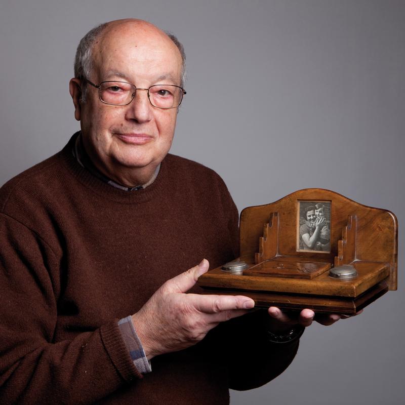 Maurice Kamioner posant avec l'écritoire fabriquée au camp de Beaune-la-Rolande que lui a offert son père Rubin (6 décembre 2010) © Géraldine Aresteanu