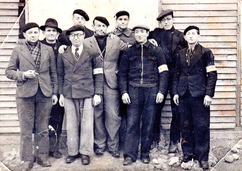 Le service des colis du camp de Beaune-la-Rolande. Leizer Miliband est le 1er debout à gauche, au 1er rang, à côté de Mordka Rotgold. Au même rang, Joseph Klapisch est le 2e en partant de la gauche (entre mai 1941 et juin 1942, sd). Archives familiales