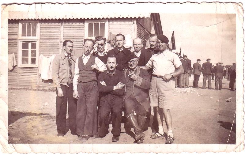 Au camp de Pithiviers. Mosjez Stoczyk est le 1er debout à droite (entre mai 1941 et juin 1942, sd). Archives familiales
