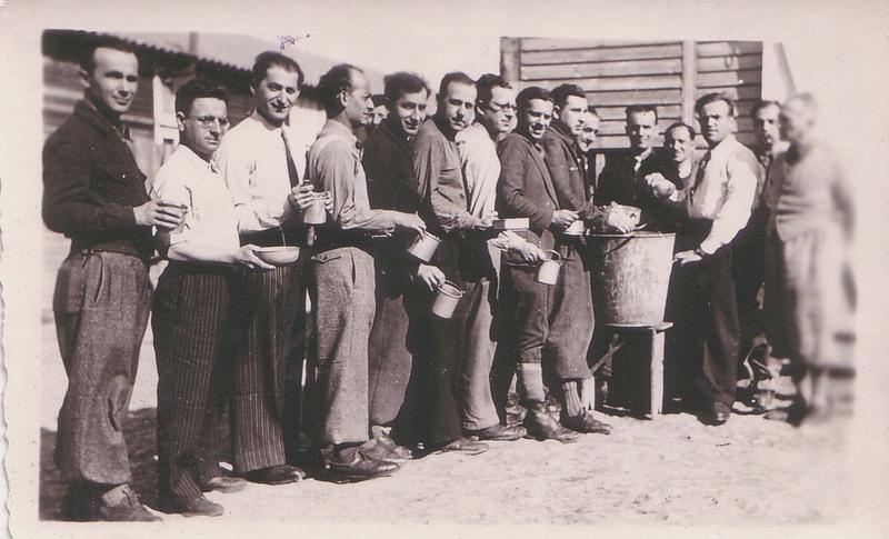 Au camp de Beaune-la-Rolande. De gauche à droite, Chil-Yankel Sztal (le 3e), Yankel Michalowicz (le 4e), Moische Sztal (le 5e) (20 avril 1942). Archives familiales