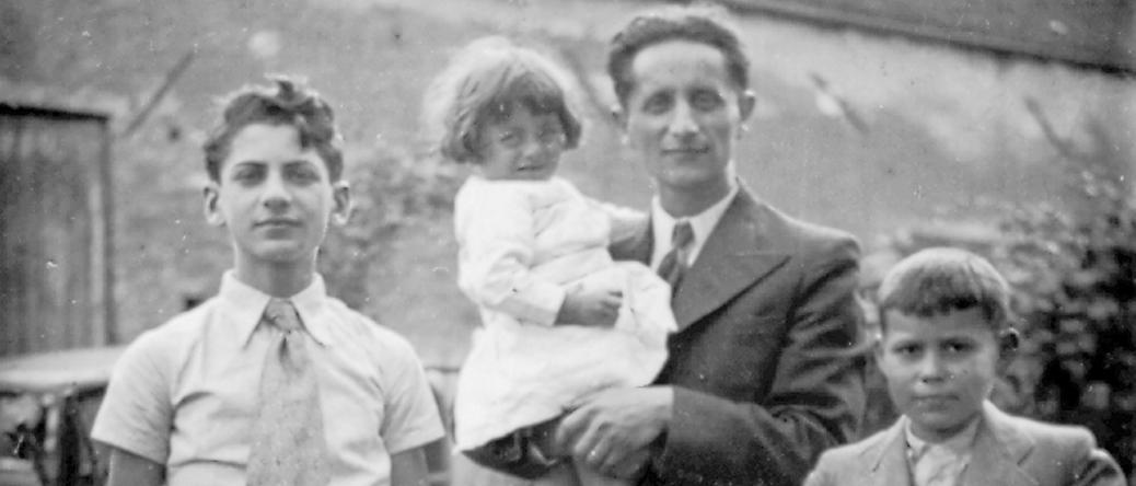 De gauche à droite, David Szwarcbart et Abraham Bursztejn tenant sa fille Annette dans ses bras (1936-1937, sl). Archives familiales