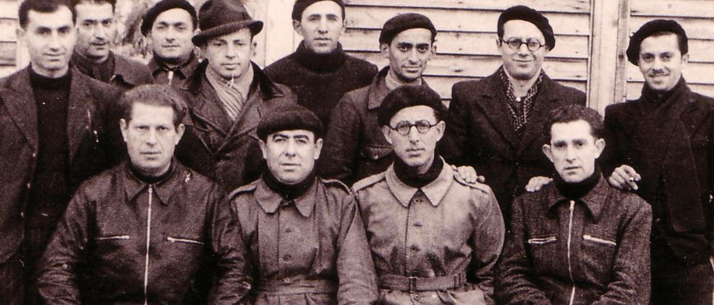 Au camp de Beaune-la-Rolande. Ycek Sztal est assis au 1er rang, 1er à gauche(entre mai 1941 et juin 1942, sd). Cercil / fonds AADJF