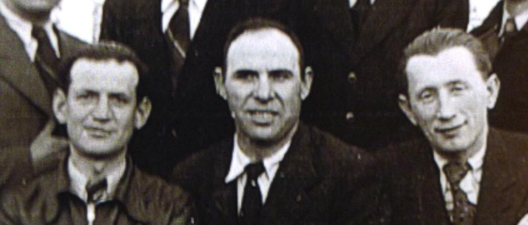 Groupe d'internés au camp de Beaune-la-Rolande (14 avril 1942). Zalman Bild est assis au milieu. Archives familiales