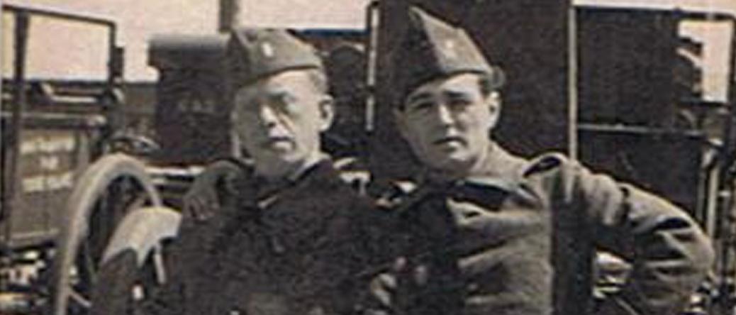 Josek-Haïm Bender (à gauche), engagé volontaire dans le 21e RMVE (sd, sl Barcarès?). Incorporé le 22 janvier 1940, il a combattu dans les Ardennes avant d'être démobilisé en août 1940. Archives familiales