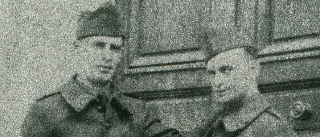 Aron Falcman, soldat, à gauche, avec Mendel Gliksman (1939-1940, sd, sl). Archives familiales