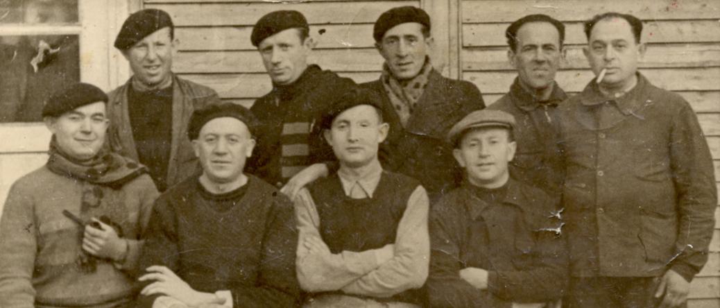 Au camp de Beaune-la-Rolande. Bernard (Bencjan) Wajsman est debout, au milieu de la 2e rangée (13 décembre 1941). Archives familiales
