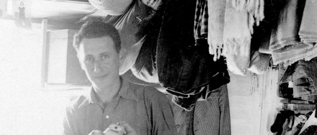 Mosze Kaluski fabriquant un bateau en bois au camp de Pithiviers (entre mai 1941 et juin 1942, sd). Archives familiales