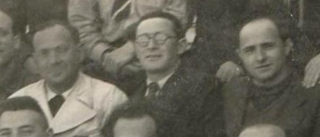 Ojzer Kawka au centre, en avril 1942, au camp de Pithiviers. Archives familiales