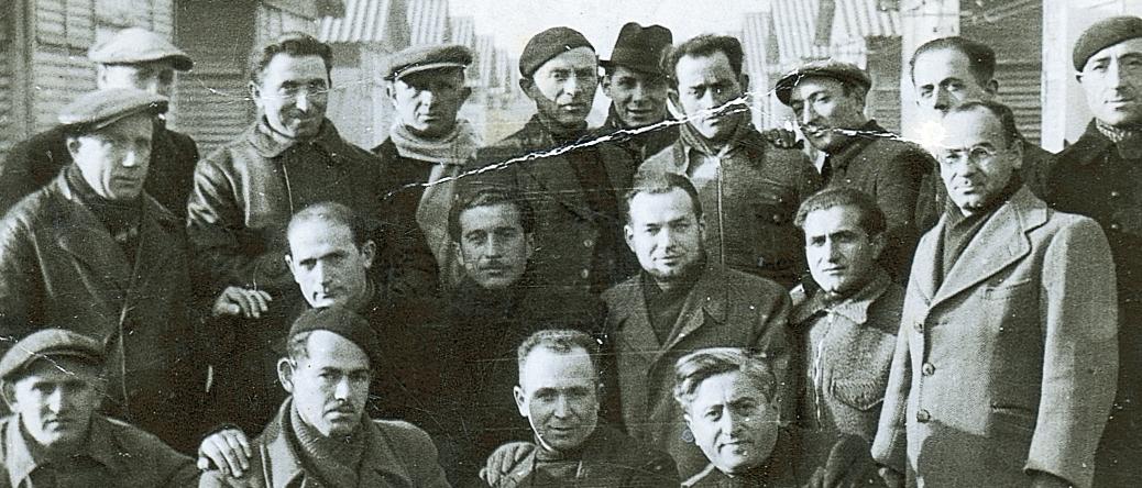 Au camp de Beaune-la-Rolande. Strul Mendel Stal est au dernier rang, le 4e en partant de la gauche (entre mai 1941 et juin 1942, sd). Archives familiales
