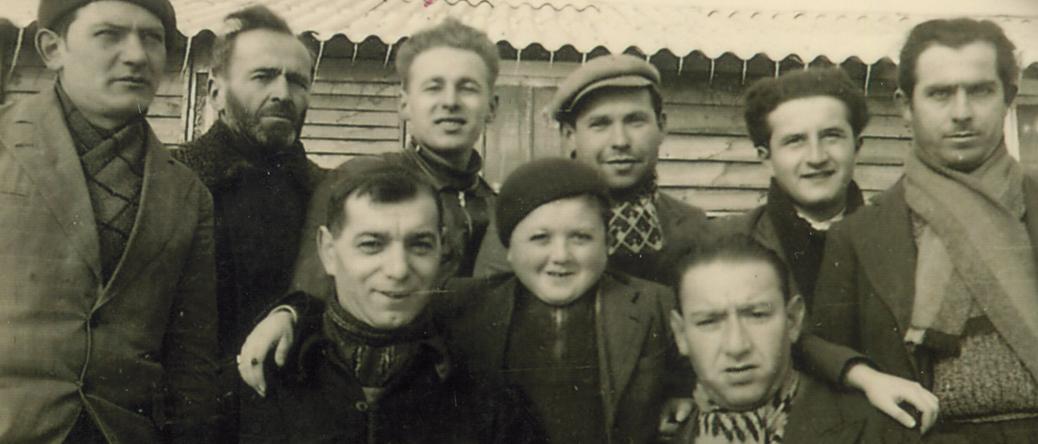 Au camp de Pithiviers, Symcha-Binem (Bernard) Wajngart est le 3e debout à partir de la gauche (hiver 1941-1942). Archives familiales