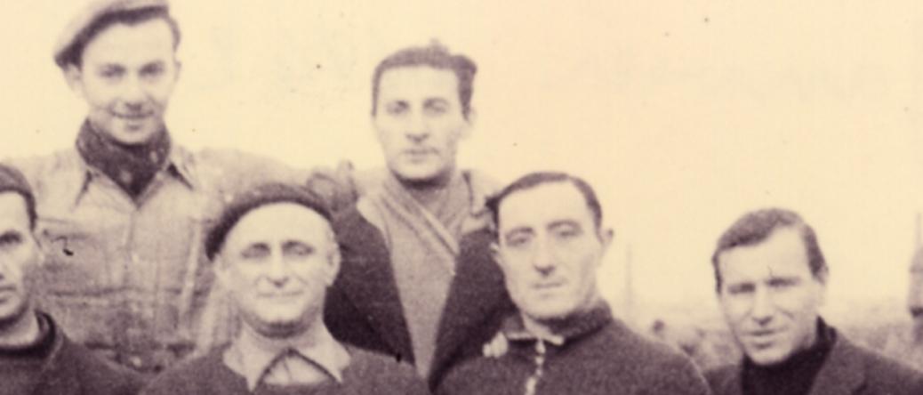 Judko Mandelcwajg, au centre avec l'écharpe, au camp de Beaune-la-Rolande (entre mai 1941 et juin 1942, sd). Cercil