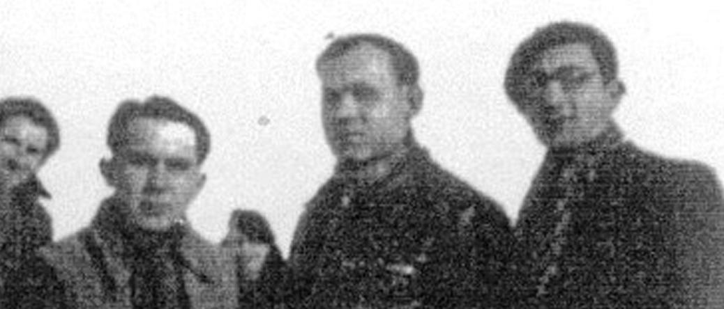 Au camp de Pithiviers. Luzer Biglaizer est à droite, avec une casquette (hiver 1941-1942, sd). Archives familiales