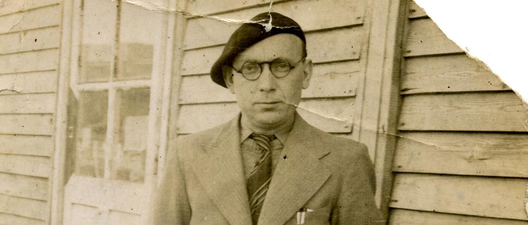 Israël Cendorf devant une baraque du camp de Pithiviers (entre mai 1941 et juin 1942, sd). Archives familiales