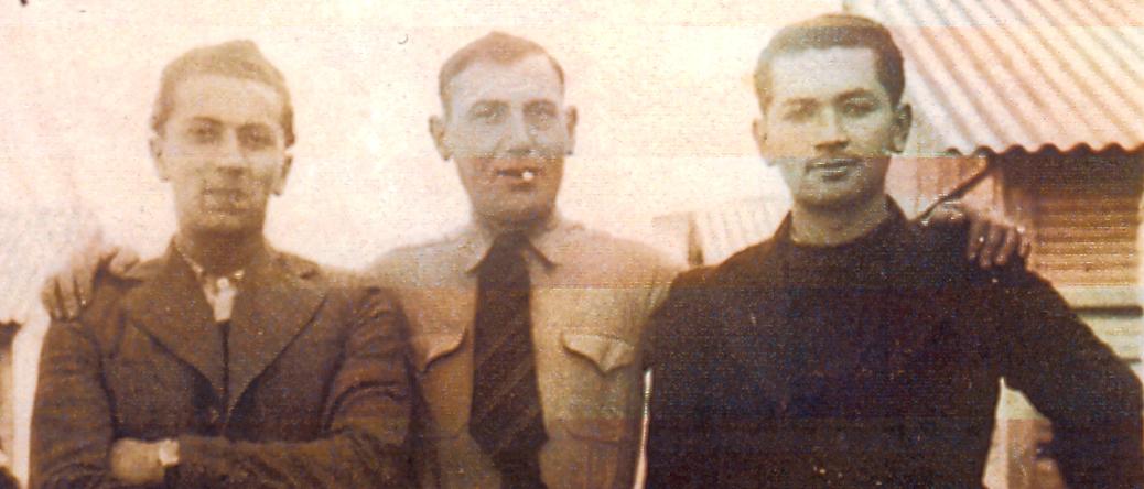 Au camp de Beaune-la-Rolande. À droite, Lazare Etlinger; au milieu, Pinhas Hulak (entre mai 1941 et juin 1942, sd). Archives familiales