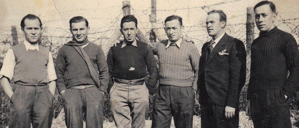 Au camp de Beaune-la-Rolande. Joseph Szajn est le 3e en partant de la gauche (entre mai 1941 et juin 1942, sd). Archives familiales