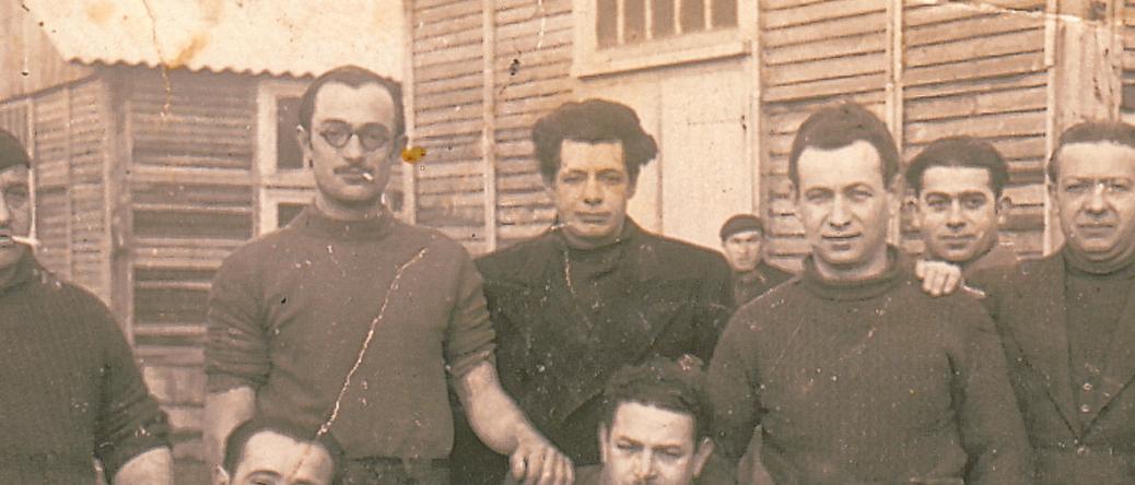 Srul Aronczyk (au centre) au camp de Pithiviers (hiver 1941-1942, sd). Archives familiales