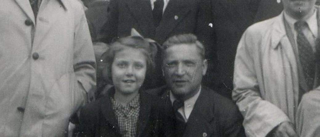 Au camp de Pithiviers, en mai 1947, devant la baraque 12. Chaïm Goldsztajn avec l'une de ses deux filles. Archives familiales